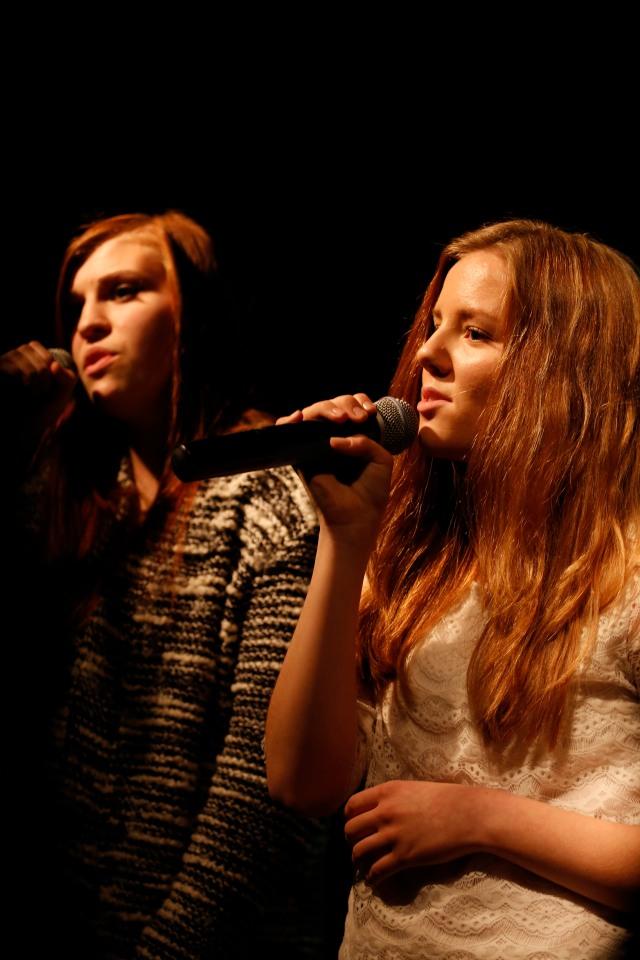 """Marthe og Othelie synger """"Safe and Sound"""""""