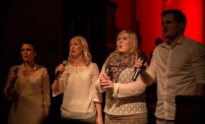 """Marie, Solveig, Kjersti Anita og Carl Morten synger opp på """" Jul, Jul, Strålande Jul"""""""