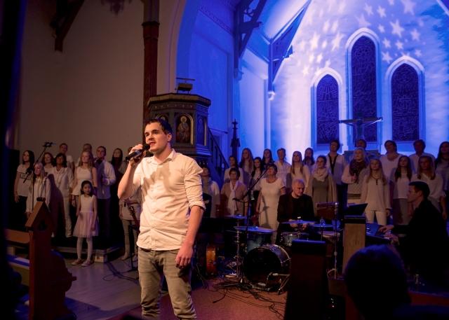 """""""Stjernesludd"""" Carl Morten Overskaug synger verset, begge korene er med på refrenget."""